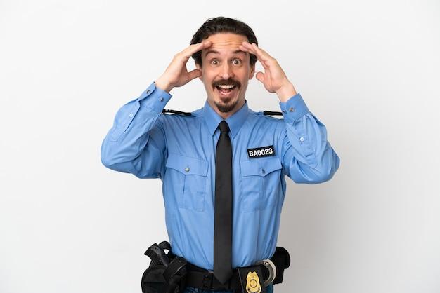 Młody policjant na białym tle z wyrazem zaskoczenia
