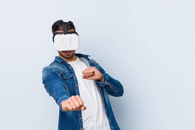 Młody południowoazjatycki mężczyzna bawi się w okularach wirtualnej rzeczywistości