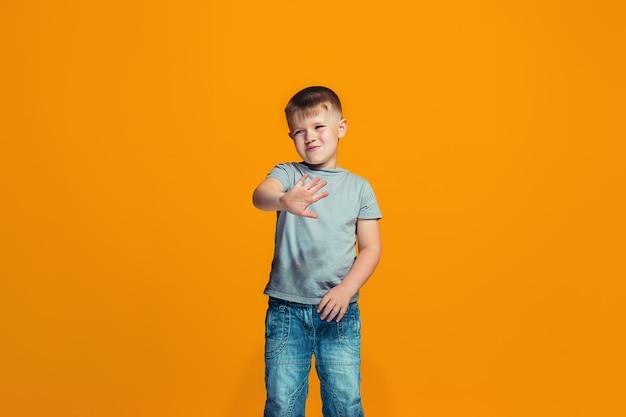 Młody poważny chłopiec miło