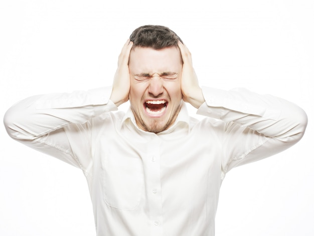Młody pracownik biurowy oszalały z krzyku stresu