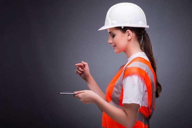 Młody pracownik budowlany z pastylka komputerem
