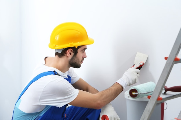Młody pracownik naprawy w pokoju