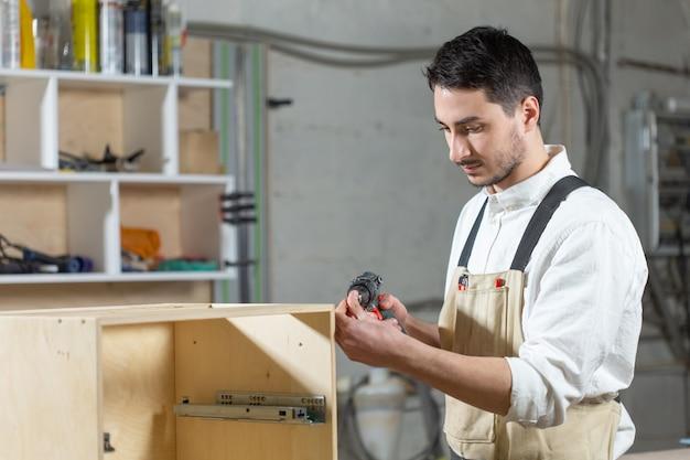 Młody pracownik pracuje w fabryce