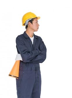 Młody pracownik trzyma megafon z żółtym hełmem