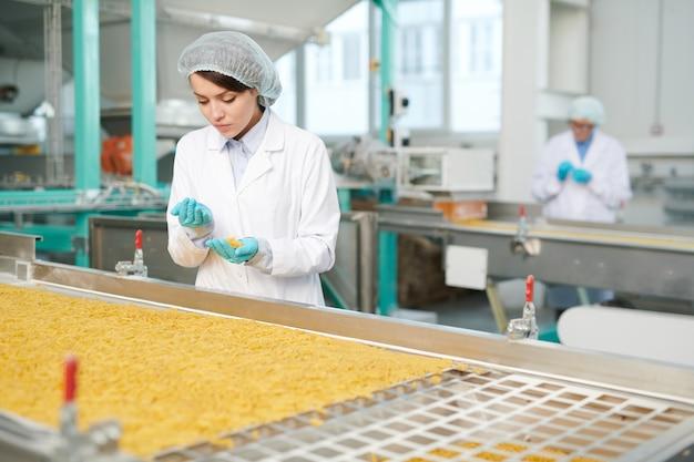 Młody pracownik w fabryce