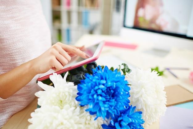 Młody pracownik w studiu z motywem kwiatowym