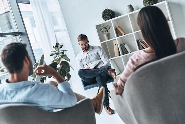 Młody profesjonalista. młode małżeństwo rozmawia podczas sesji terapeutycznej