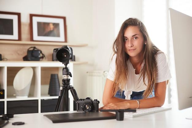Młody profesjonalny fotograf