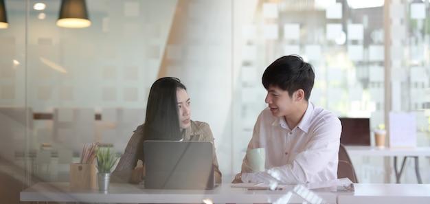 Młody profesjonalny zespół biznesu razem omawianie strategii