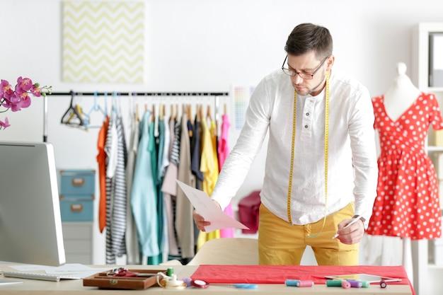 Młody projektant mody męskiej w miejscu pracy
