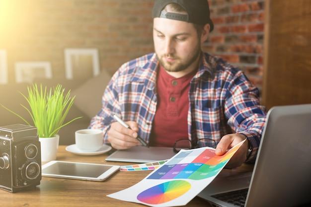 Młody projektant perspektywy z tabletem graficznym w nowoczesnym biurze
