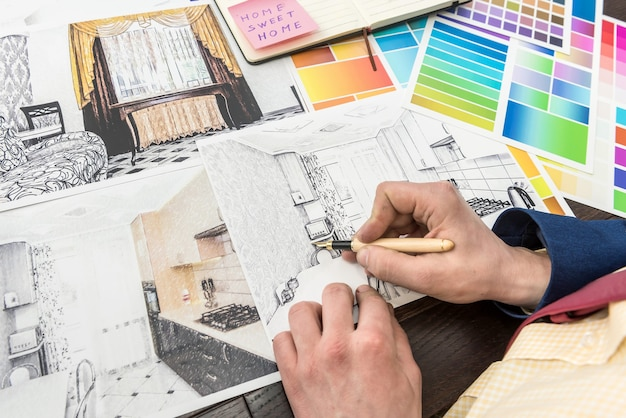 Młody projektant pracuje nad nowym projektem, wybierając idealny kolor do renowacji nowoczesnego mieszkania