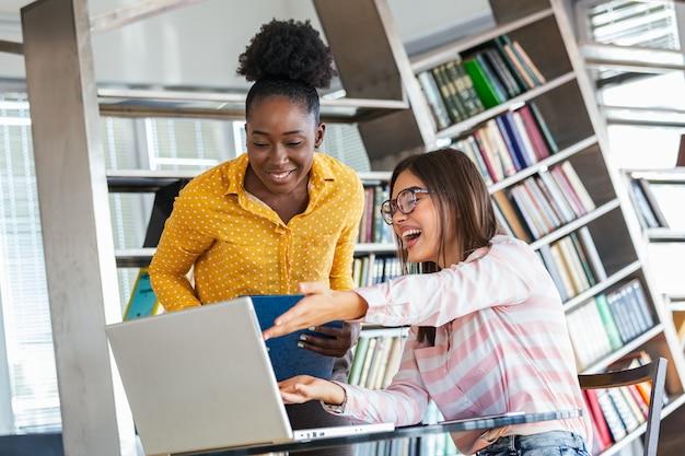 Młody projektant przekazujący partnerowi w swoim biurze kilka nowych pomysłów na temat projektu.