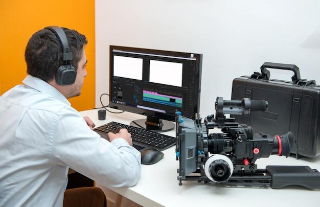 Młody projektant przy użyciu tabletu graficznego do edycji wideo