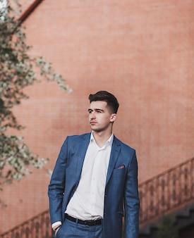 Młody przedsiębiorca odnoszący sukcesy. przystojny biznesmen w garniturze