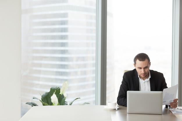 Młody przedsiębiorca porównuje wskaźniki finansowe