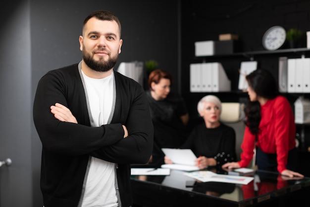 Młody przedsiębiorca pracowników biurowych omawiających projekt