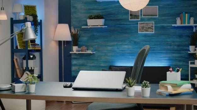 Młody przedsiębiorca używający laptopa do zdalnej pracy w biznesie online