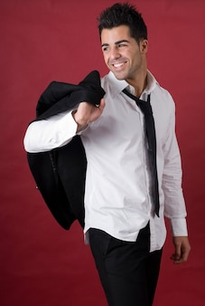 Młody przedsiębiorczy biznesmen w czarnej marynarce i krawacie
