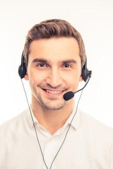Młody przystojny agent konsultuje klientów przez telefon