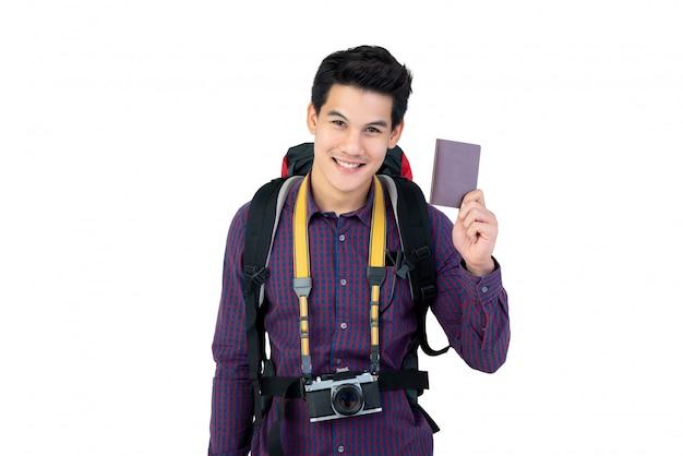 Młody przystojny azjatycki mężczyzna mienia paszport cieszy się mieć wakacje