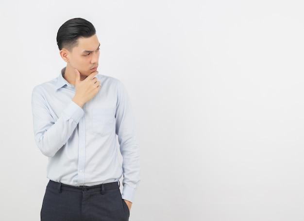 Młody przystojny azjatykci biznesowy mężczyzna myśleć pomysł podczas gdy przyglądający up