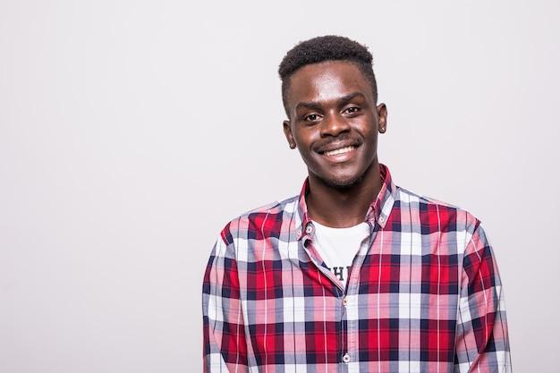 Młody przystojny biznesmen afrykański pozowanie na białym tle