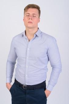 Młody przystojny biznesmen o blond włosach