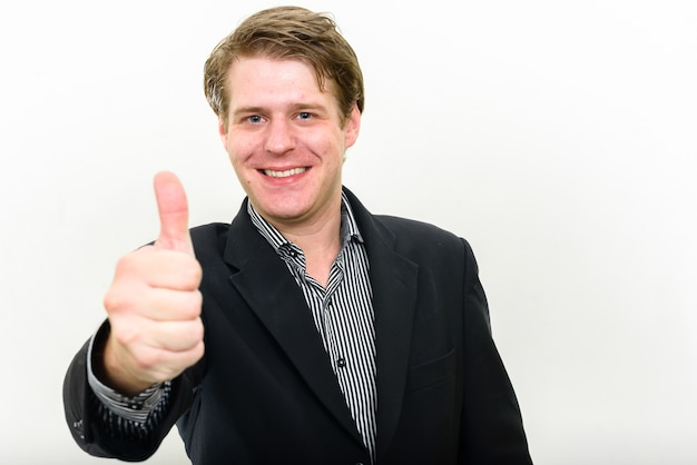 Młody przystojny biznesmen skandynawski przeciwko białej przestrzeni
