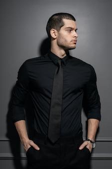 Młody przystojny biznesmen w czarnej koszuli