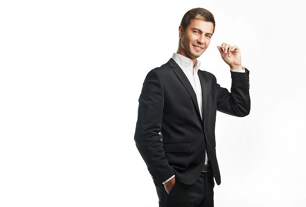 Młody przystojny biznesmen w czarnym garniturze