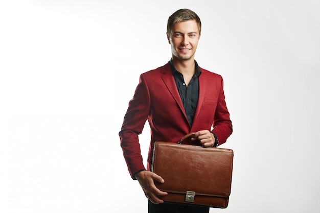 Młody przystojny biznesmen w czerwonym kolorze