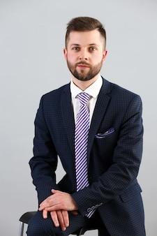 Młody przystojny biznesmen w garniturze i krawacie