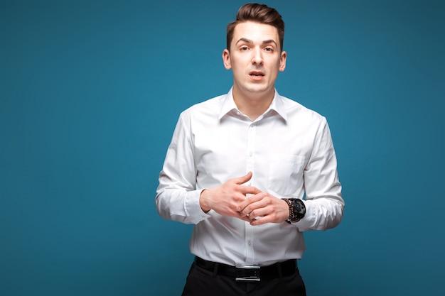 Młody przystojny biznesmen w kosztownym zegarku i białej koszula