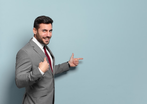 Młody przystojny biznesmen, wskazując lub pokazując puste miejsce koncepcji yout