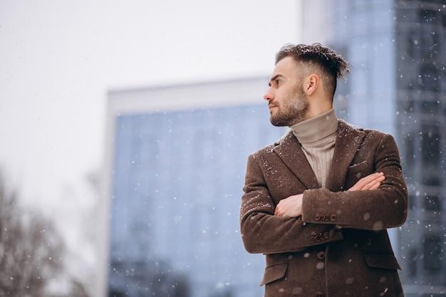 Młody przystojny biznesowy mężczyzna na zewnątrz centrum biznesu