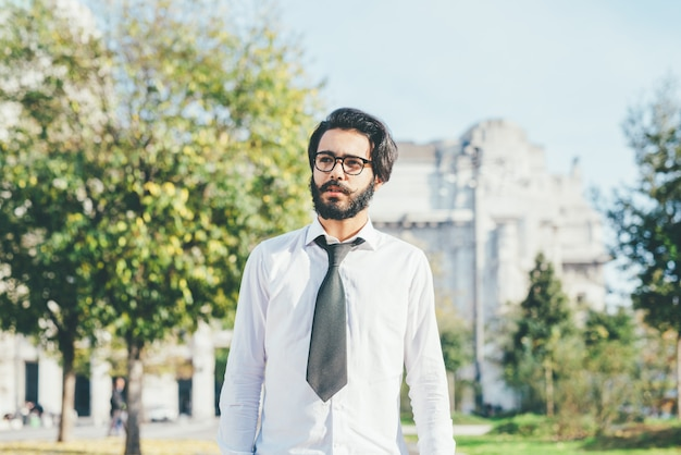 Młody przystojny czarne włosy kaukaski nowoczesny biznesmen