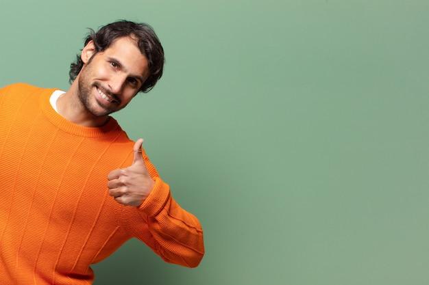 Młody przystojny ekspresyjny indyjski mężczyzna z kopią przestrzeni