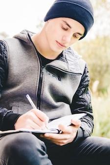 Młody przystojny facet pisze
