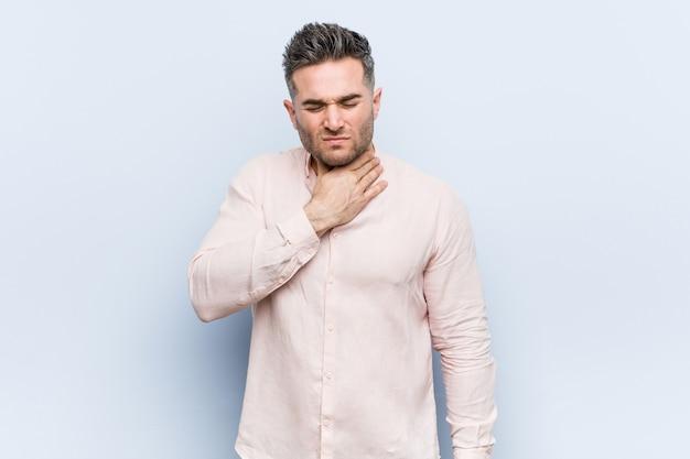 Młody przystojny fajny mężczyzna cierpi na ból gardła z powodu wirusa lub infekcji.