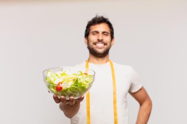 Młody przystojny indianin szczęśliwy wyraz twarzy