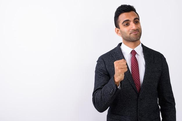 Młody przystojny indiański biznesmen przeciw białemu tłu