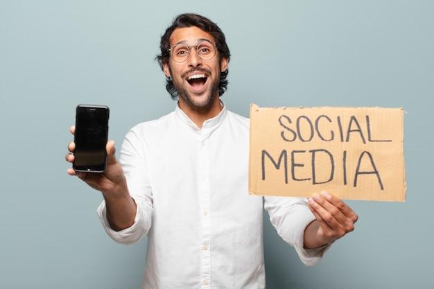 Młody przystojny indyjski biznesmen pokazuje jego komórkę pusty ekran