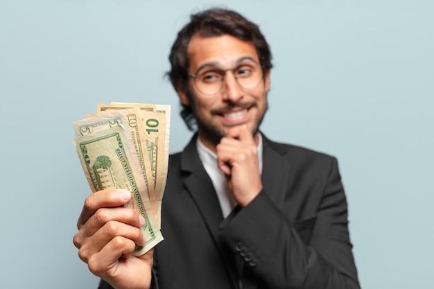 Młody przystojny indyjski biznesmen z banknotami