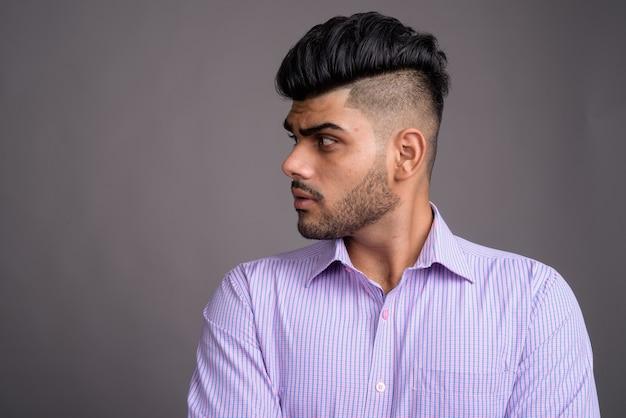 Młody przystojny indyjski biznesmen