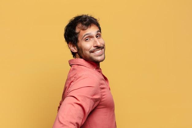 Młody przystojny indyjski mężczyzna dumny z wyrazu