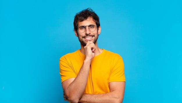 Młody przystojny indyjski mężczyzna myśli wyrażenie