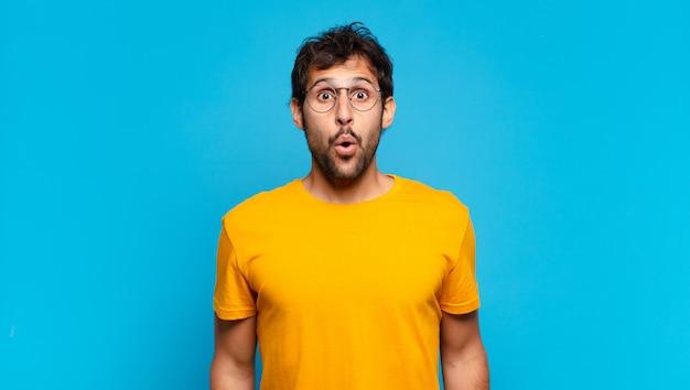 Młody przystojny indyjski mężczyzna przestraszony wyrażenie