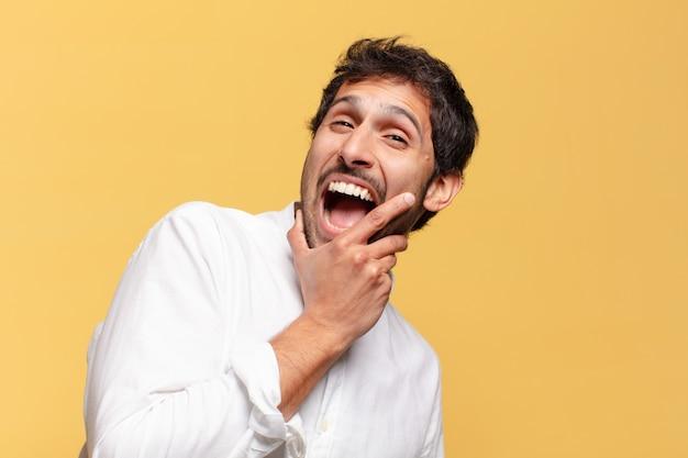 Młody przystojny indyjski mężczyzna szczęśliwie i dumny