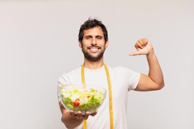Młody przystojny indyjski mężczyzna szczęśliwy wyrażenie
